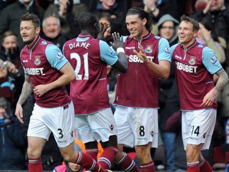 Los jugadores celebran un gol de Carroll