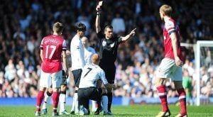 El árbitro muestra la cartulina roja a Sidwell.