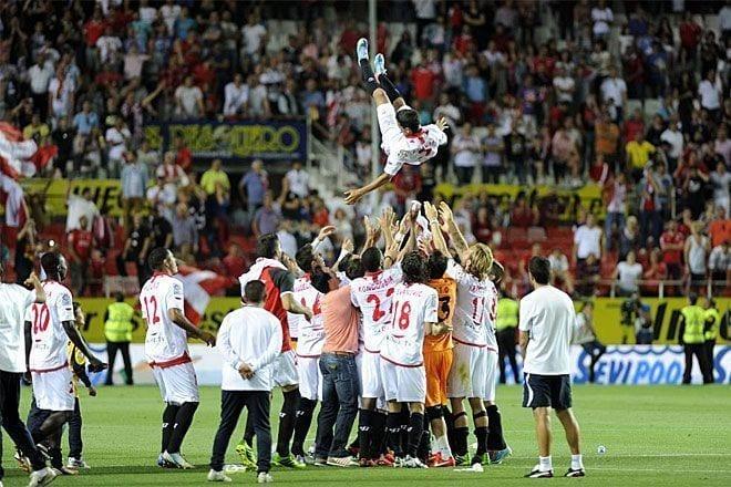 Los jugadores mantean a Jesús Navas en el último partido de liga