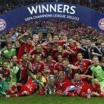 El Bayern de Munich posa con el trofeo de campeón.