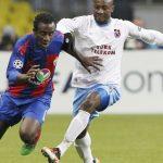 Doumbia disputando un balón en Champions.