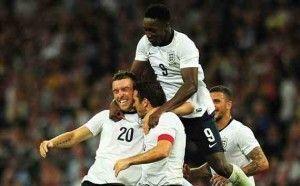 Lambert celebra con sus compañero el gol que daba la victoria a Inglaterra.