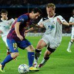Los defensores del Viktoria Pilsen intentan robar el balón a Messi.