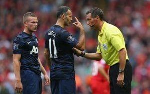 Giggs discute con el árbitro una jugada.