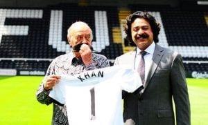 Al Fayed y Khan posan tras la presentación del paquistaní como nuevo propietario.