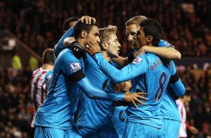 Paulinho celebra con sus compañeros el primer gol.