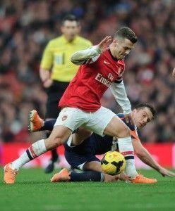 Wilshere lucha un balón ante Scott Parker | Arsenal Twitter Page