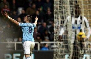 Negredo celebra su gol conseguido en el día. Uno más para la cuenta del español.