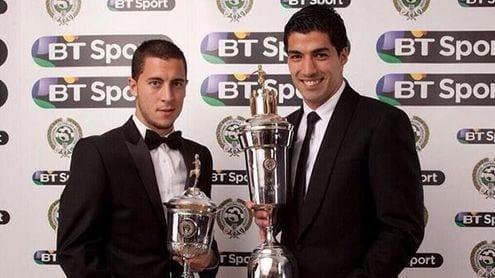 Eden Hazard y Luis Suárez posan con sus trofeos