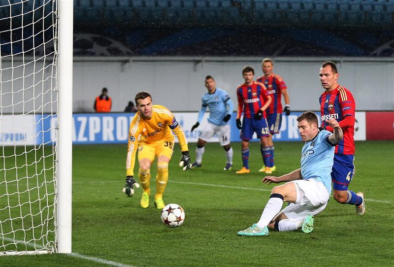 Milner se estira para anotar el segundo gol