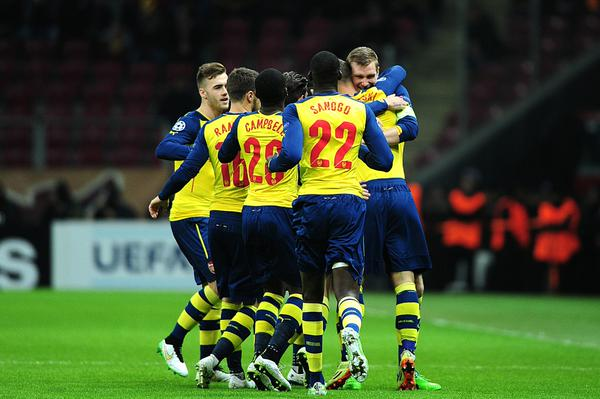 Los jugadores del Arsenal celebran uno de los goles en Estambul