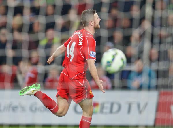 Un afortunado gol de Henderson da los tres puntos al Liverpool