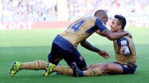 Walcott y Alexis se abrazan tras un gol